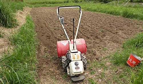 畑と耕耘機